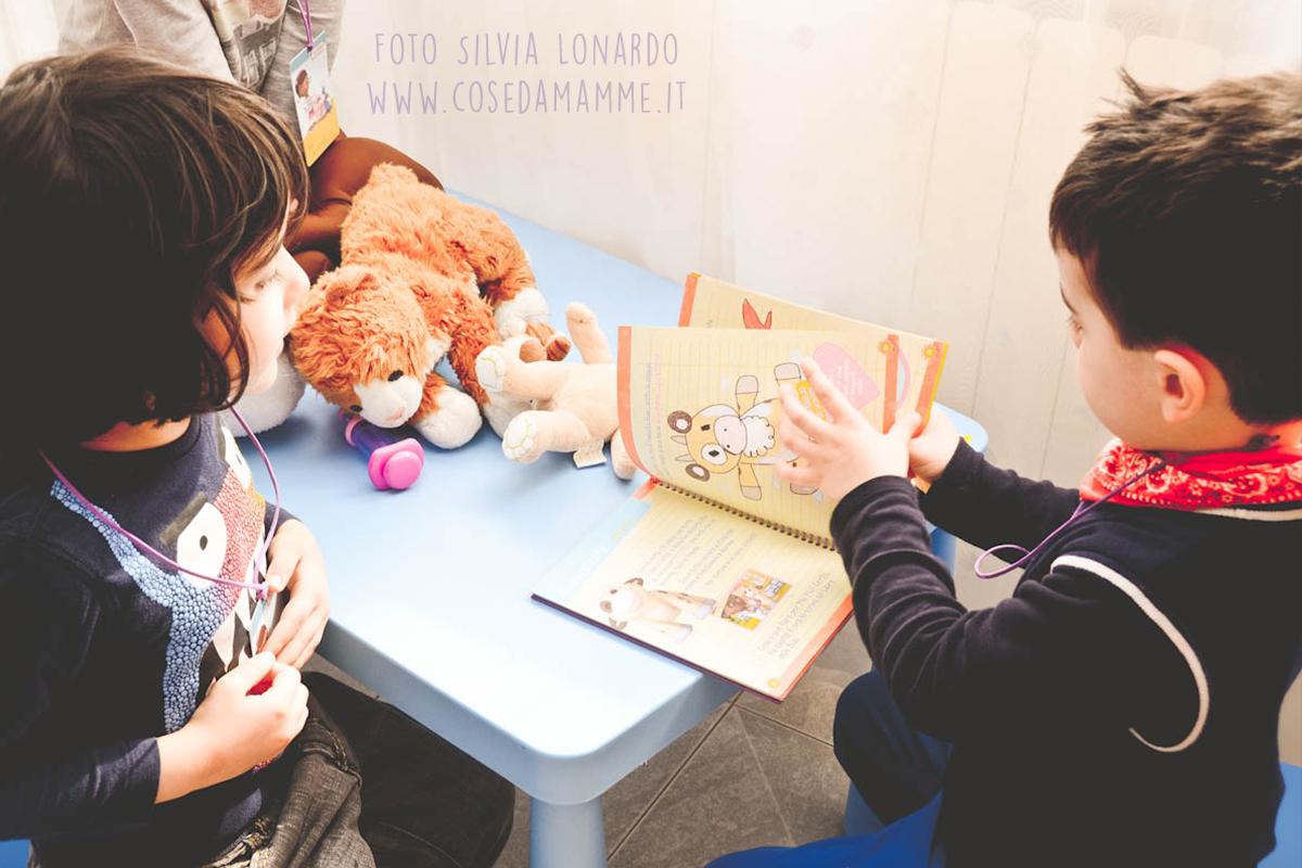 bambini giocano laboratorio dr peluche