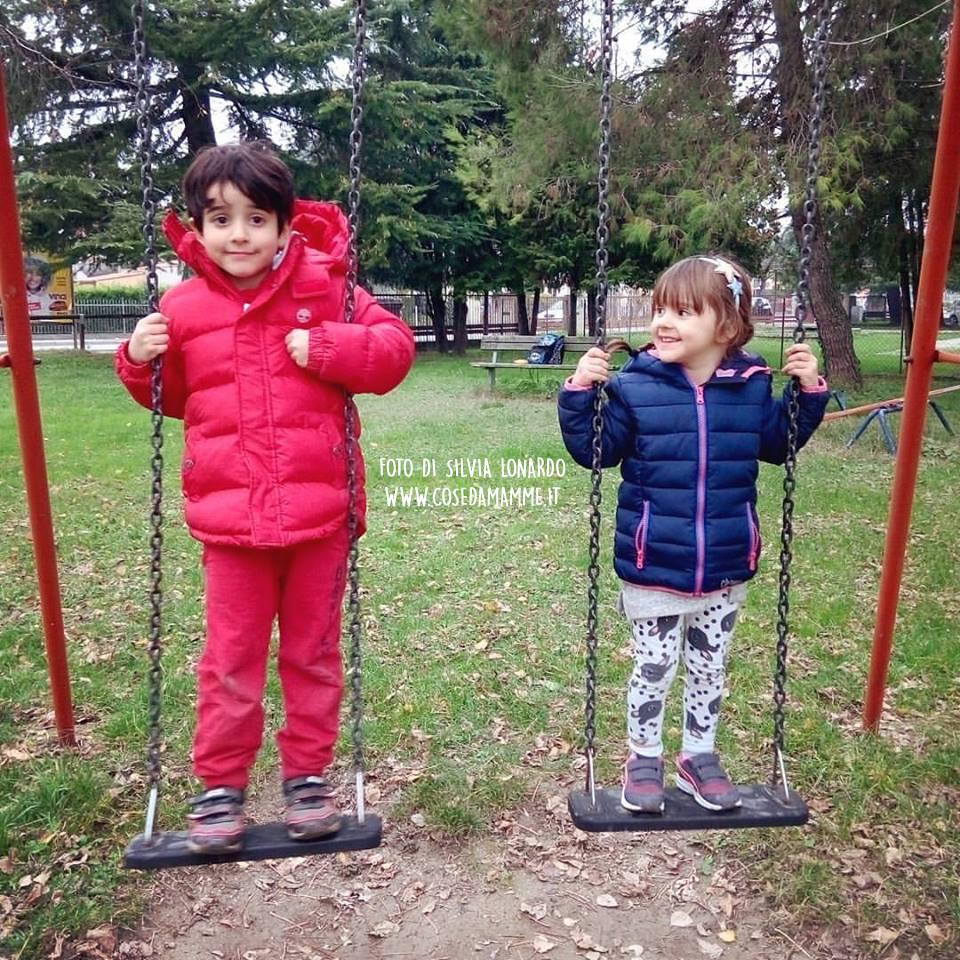 alyssa e daniel al parco sulle altalene